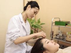 女性が行います美容鍼施術